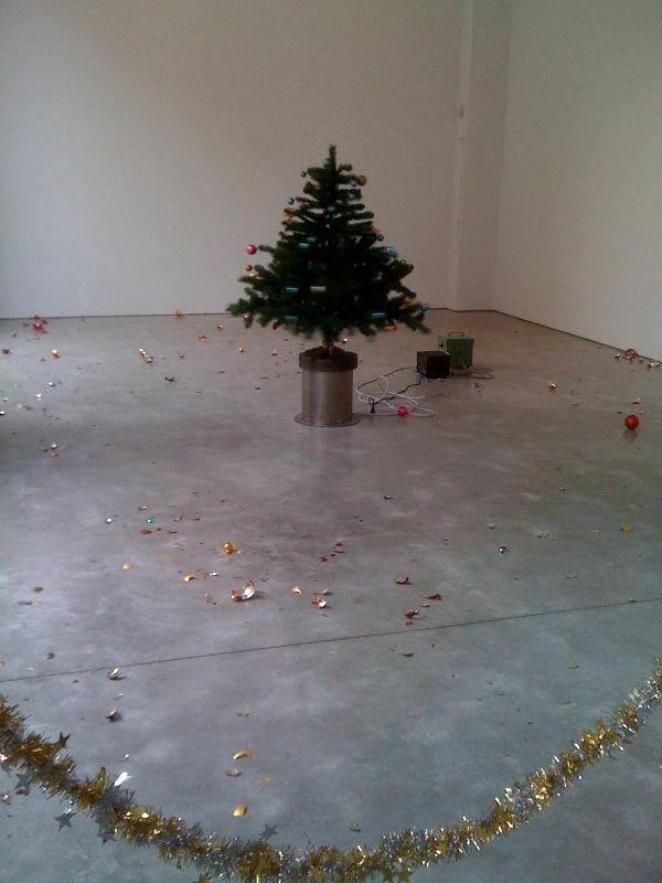 Roman Signer, Zimmer mit Weihnachtsbaum (Room with Christmas Tree), 3, 2010